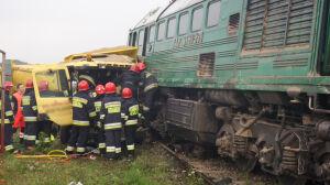 Wywrotka uderzyła w pociąg. Kierowca zakleszczony, lokomotywa wykolejona