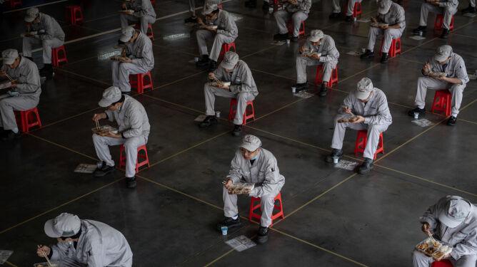 Chińskie władze chcą otworzyć Wuhan 8 kwietnia. Pojawiają się wątpliwości