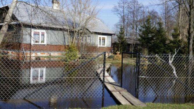 Woda nadal otacza 130 gospodarstw. Bug opada, ale bardzo powoli