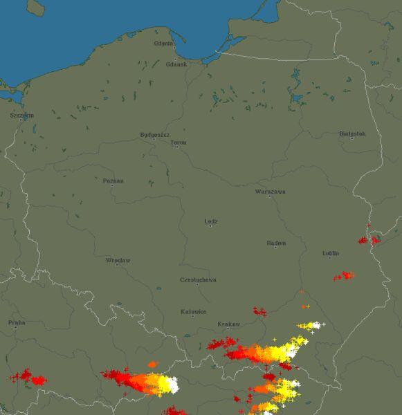 Wyładowania atmosferyczne nad Polską w poniedziałek (blitzortung.org)