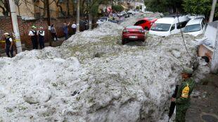Samochody utknęły w półtorametrowych zaspach gradu